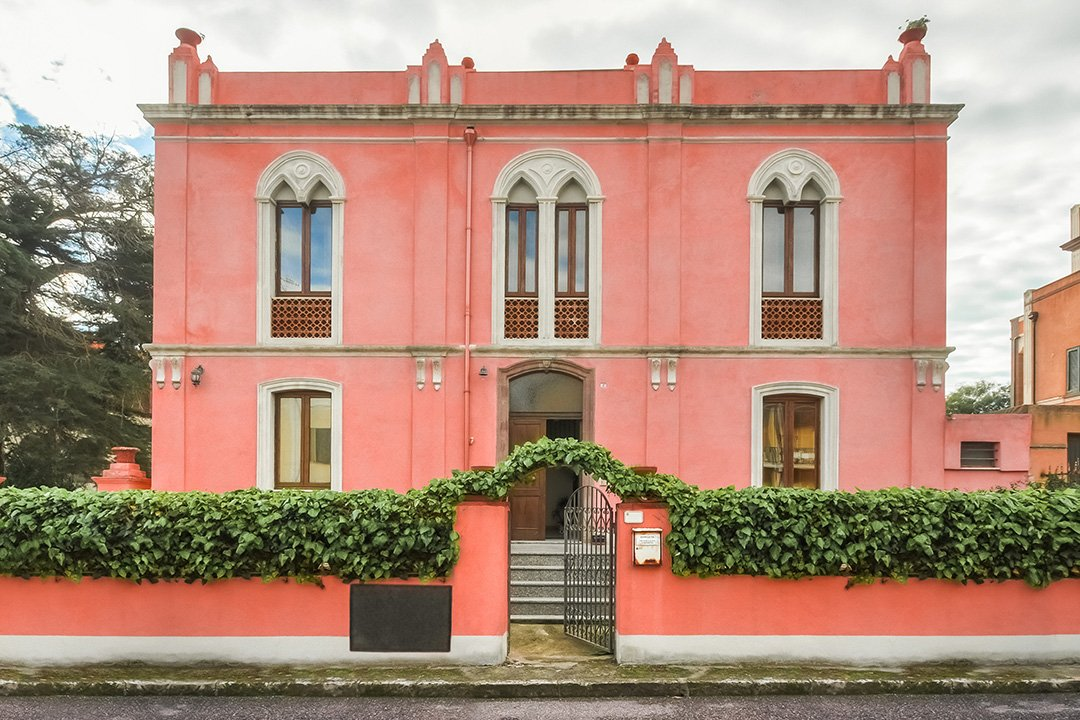 Historic house for sale in Bosa Marina, the jewel of the west coast. 8 Bedrooms, 100mt from the beach
